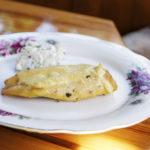 Grillowana pierś z kurczaka z serem w towarzystwie twarożku ze świeżymi warzywami