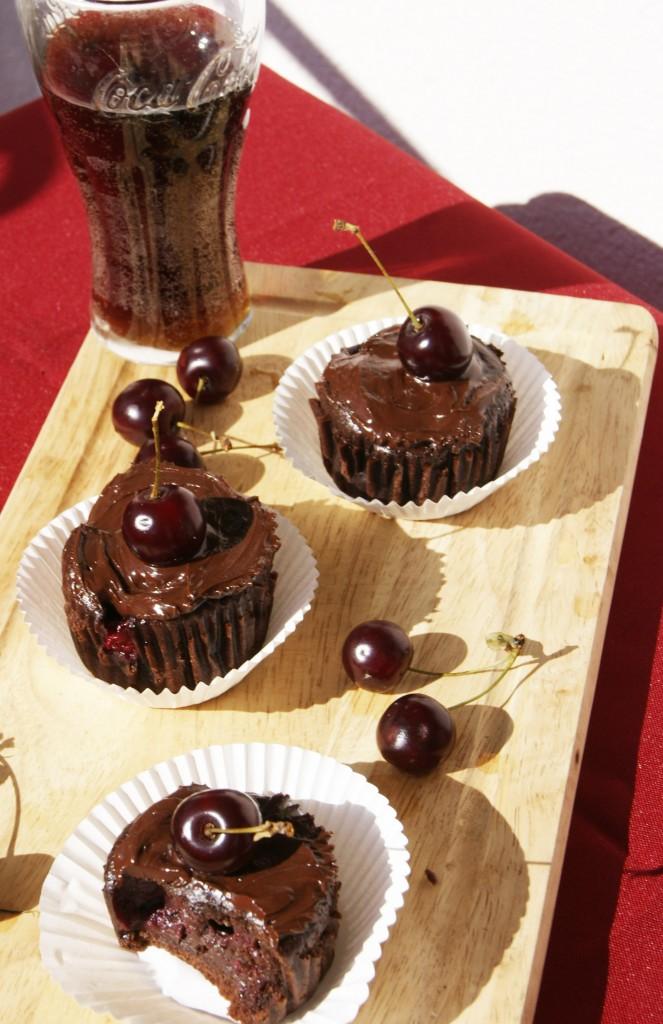 Muffinki z czekolada, wiśniami i cola
