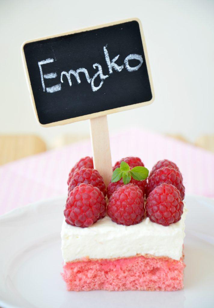 Różowe ciasto z malinami