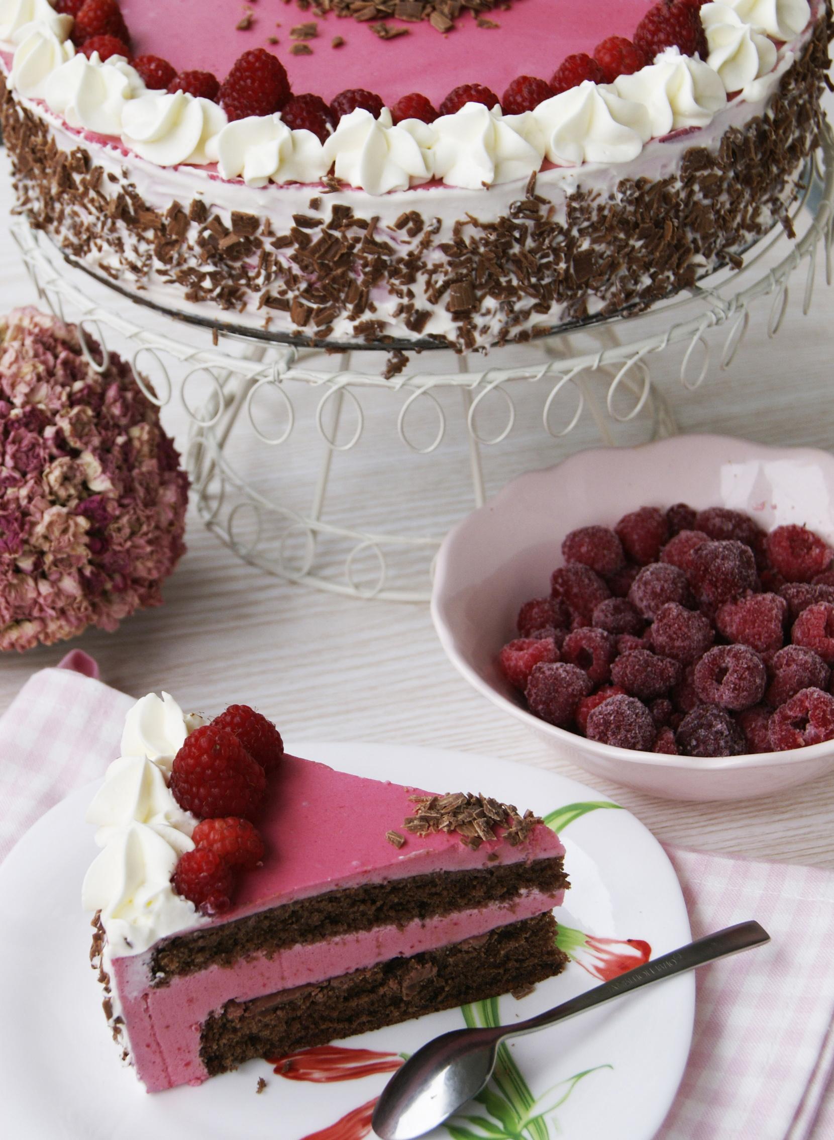 Czekoladowy-tort-z-lekka-malinowa-pianka