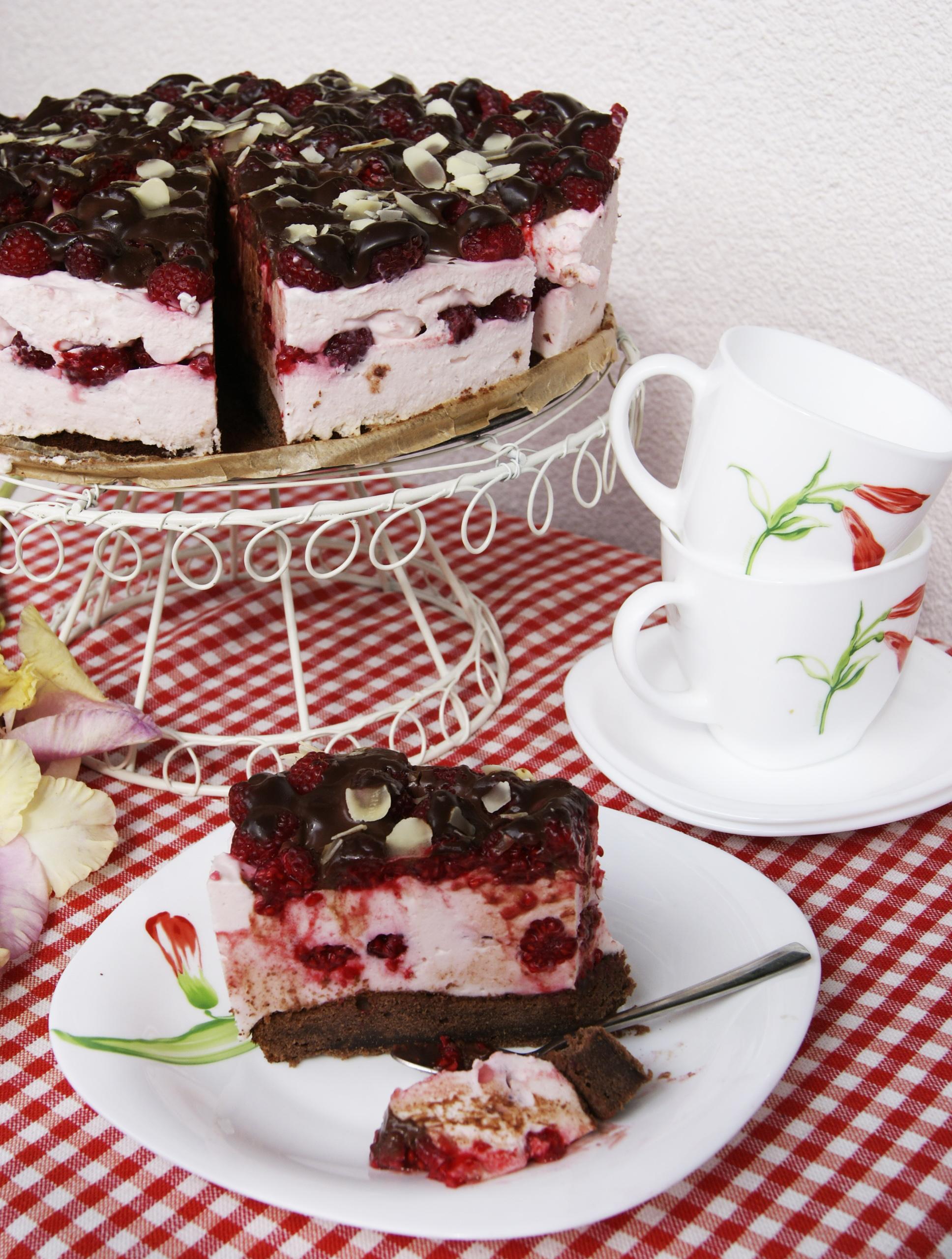 ciasto-z-malinami-i-lekka-pianka