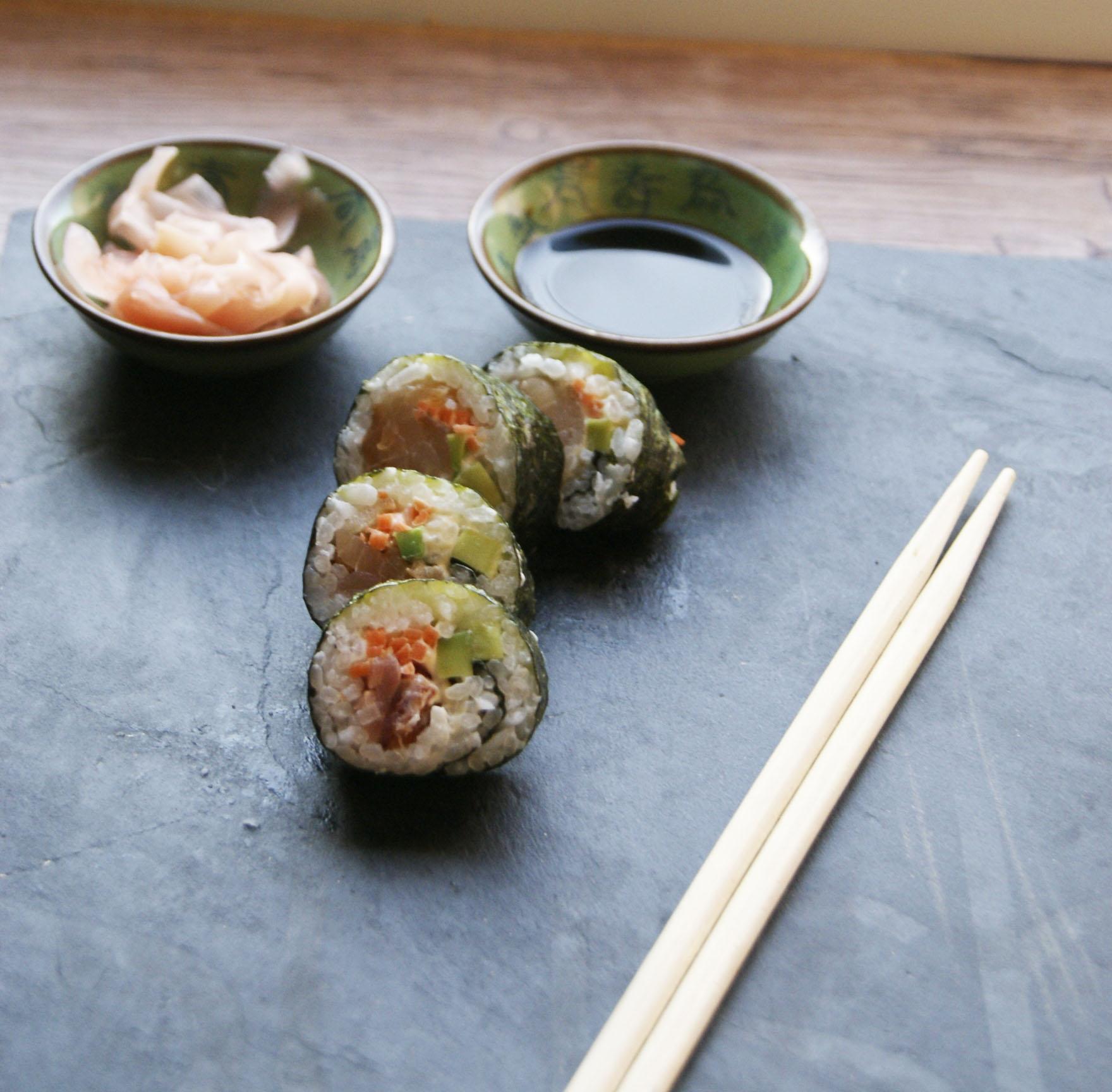 sushi-maki-z-tunczykiem-avocado-i-marchewka