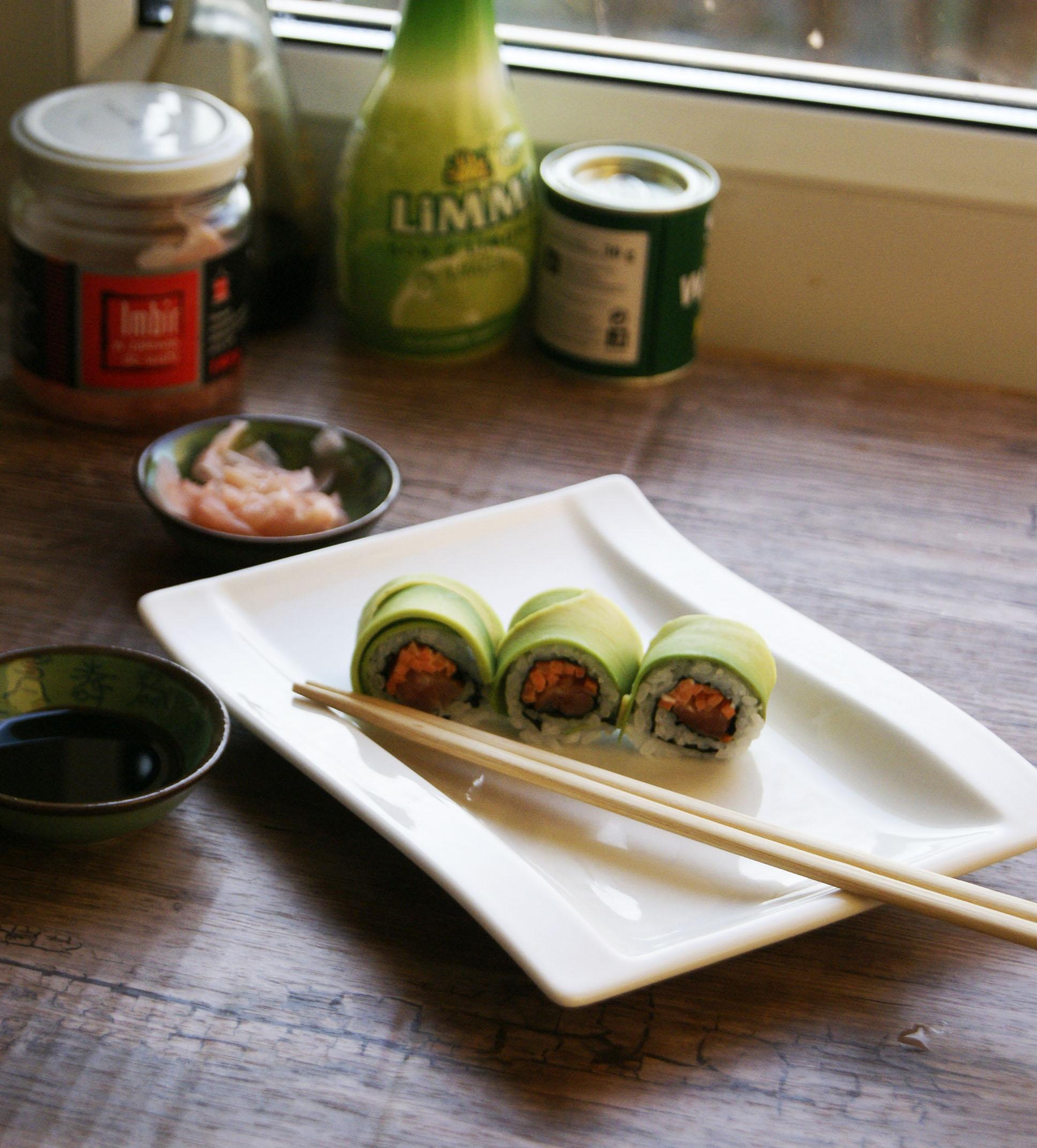 sushi-w-avocado-z-tunczkiem-i-marchewka
