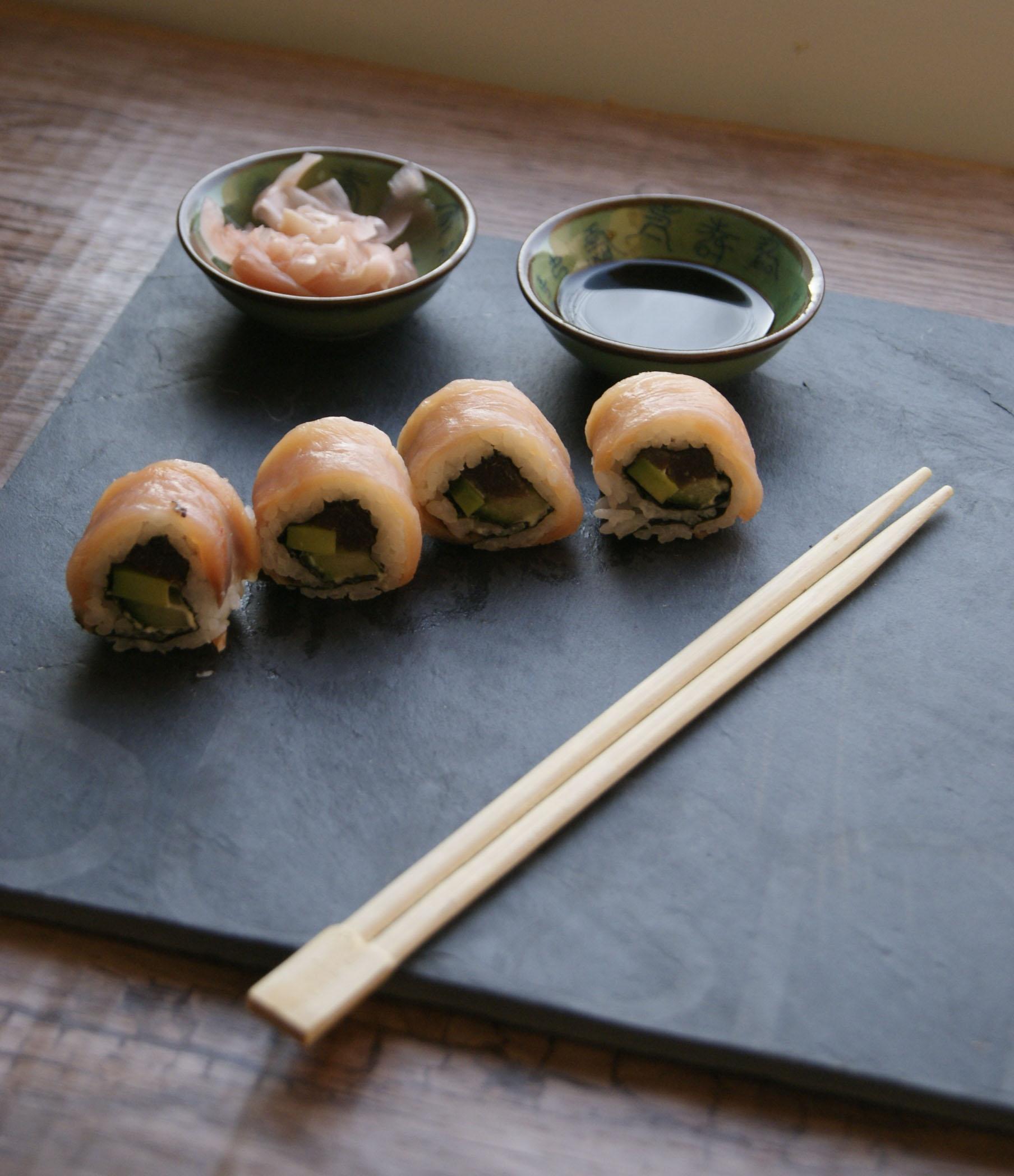 sushi-z-lososiem-tunczkiem-avocado-i-ogorkiem