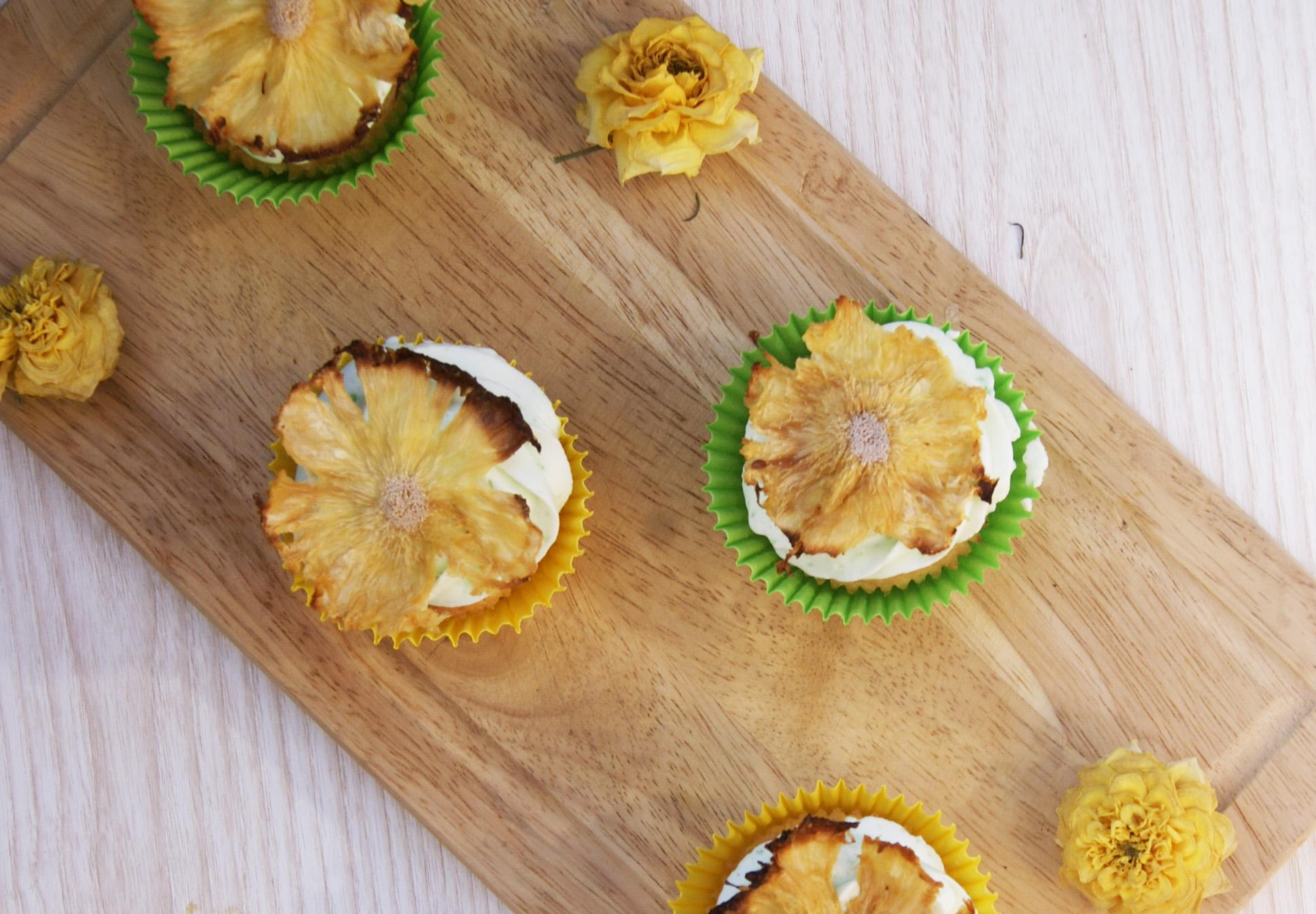 babeczki z kwiatami z ananasa