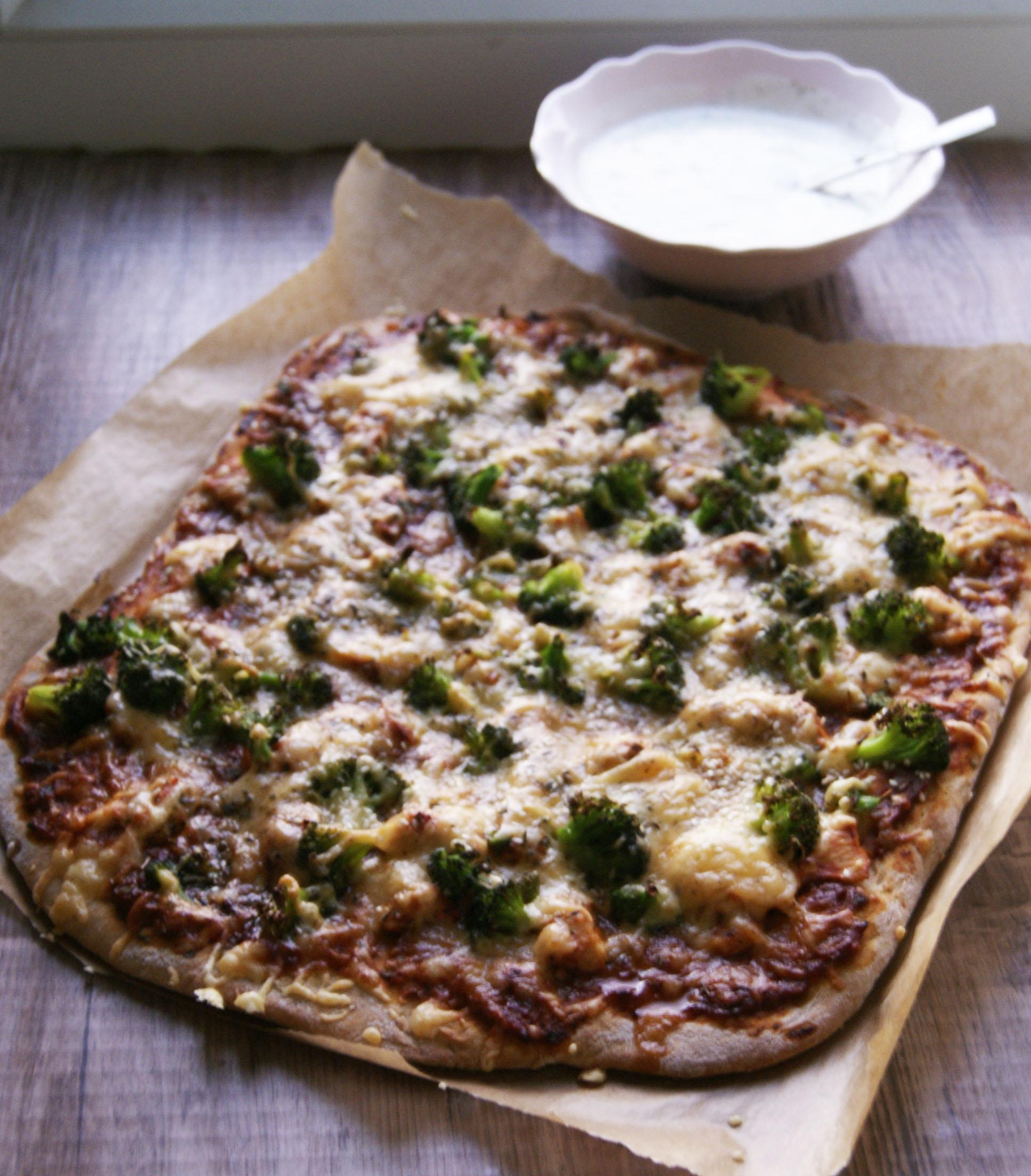 pelnoziarnista-pizza-z-kurczkiem-i-brokulami