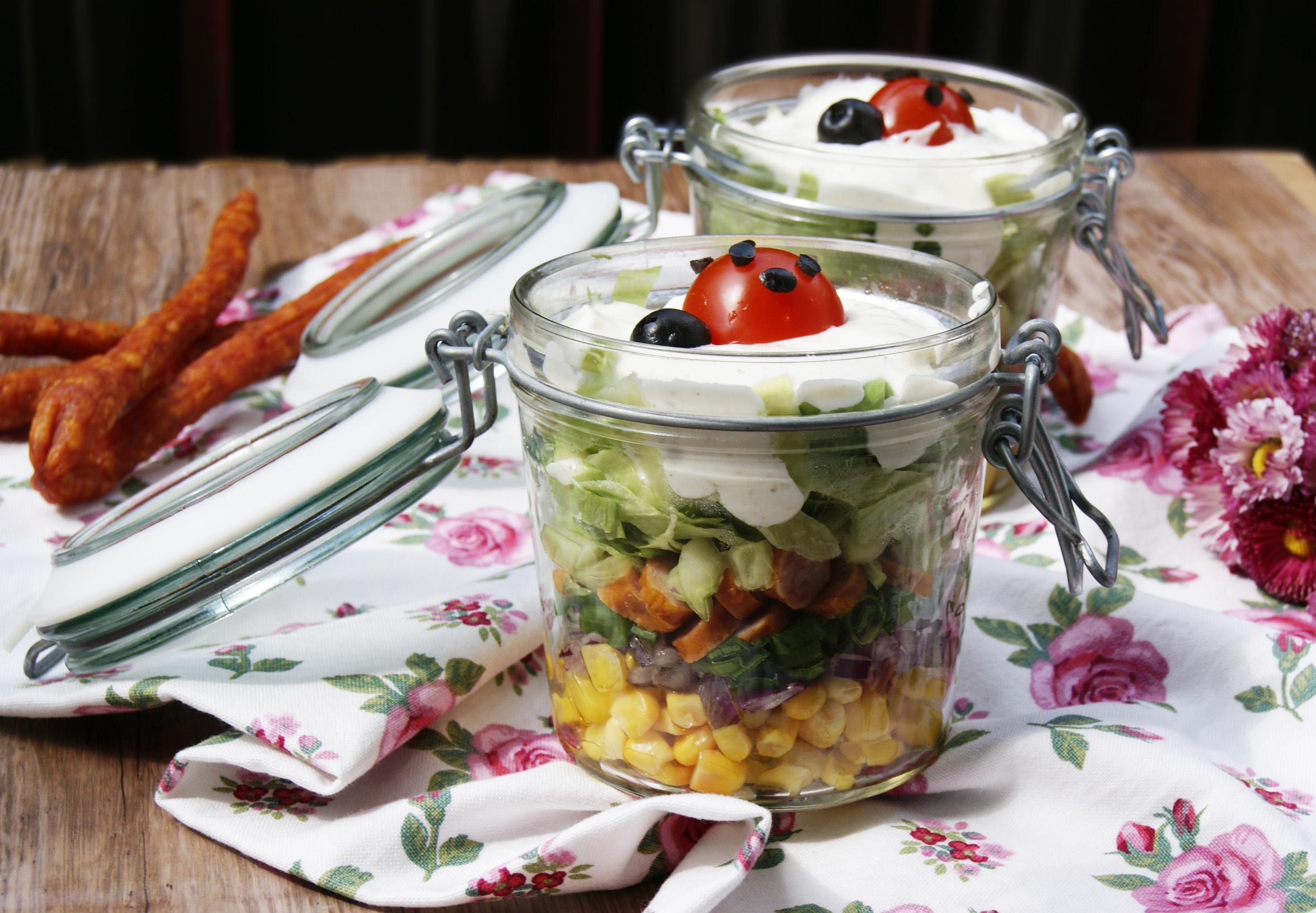 salatka-piknikowa-w-sloiczkach-z-kabanosami
