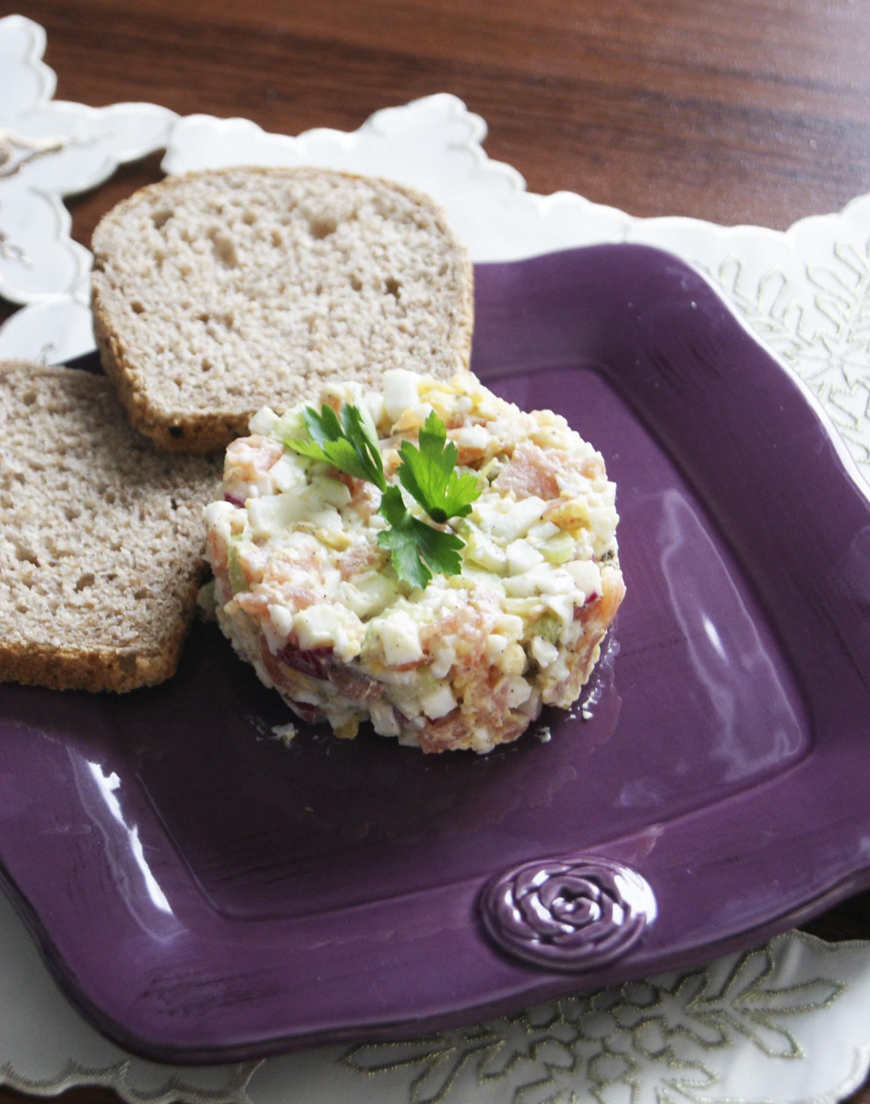 salatka z wedzonym lososiem i selerem naciowym