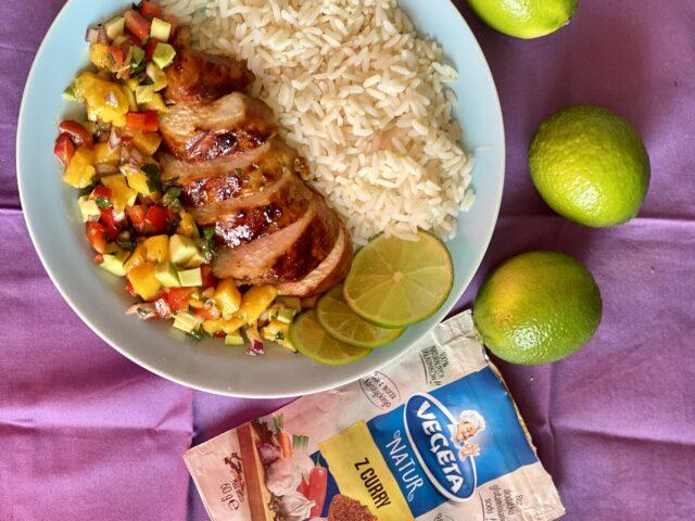 Kurczak w glazurze curry z salsą mango i avocado