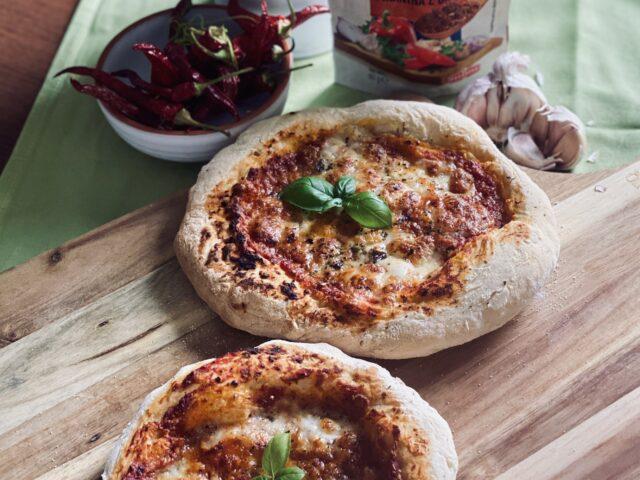 Pizza w stylu włoskim z pikantnym sosem pomidorowym