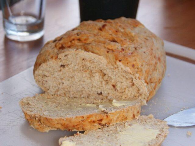 Pełnoziarnisty chleb z suszonymi pomidorami