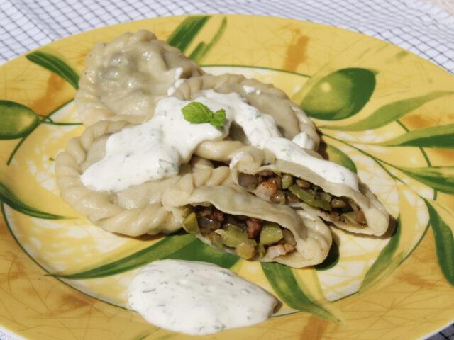 Pierogi z bobem, zieloną soczewicą i boczkiem w sosie miętowym