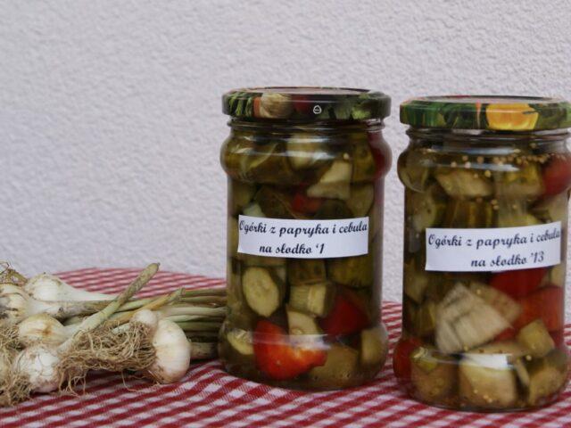 Ogórki z papryką i cebulą na słodko