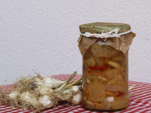 Sałatka z ogórków z pieczarkami, papryką,marchewką i cebulą