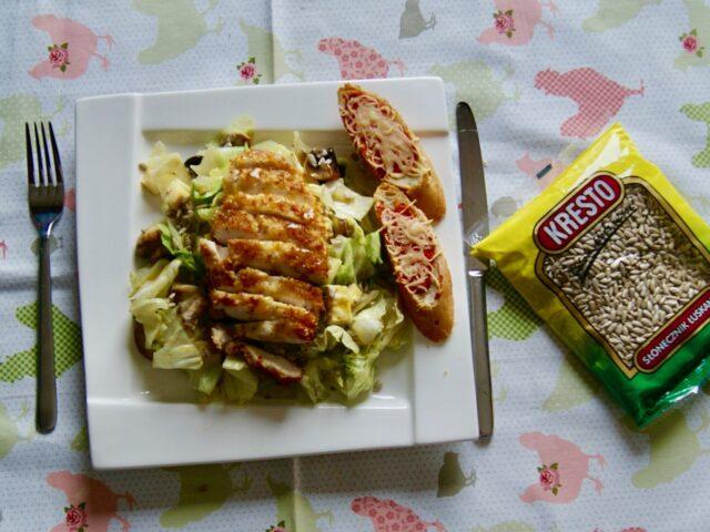 Sałatka z kurczakiem i grillowanymi pieczarkami w sosie miodowo-musztardowym