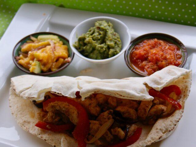 Fajitas z kurczakiem i 3 salsami