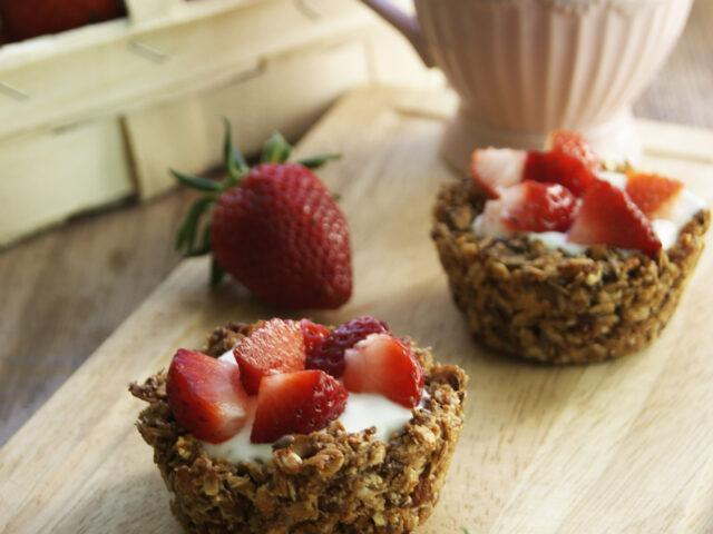 Babeczki z granoli z jogurtem i owocami
