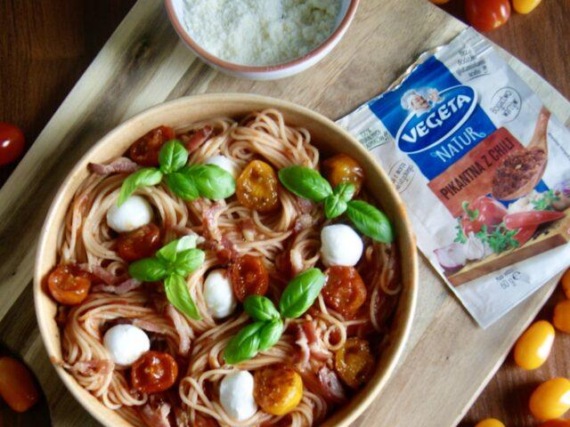Spaghetti z pikantnym sosem pomidorowym, mozarellą i karmelizowanymi pomidorkami