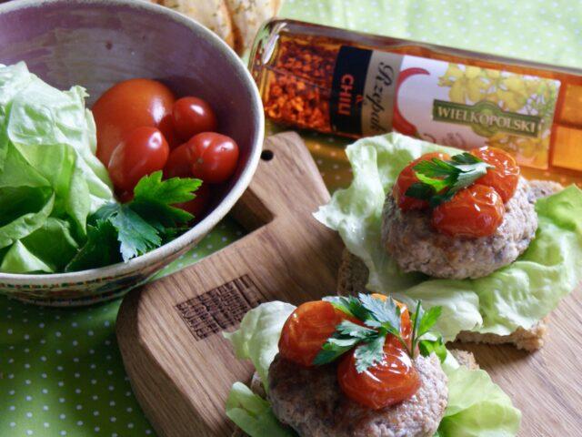 Mielone na chlebku z karmelizowanymi pomidorkami