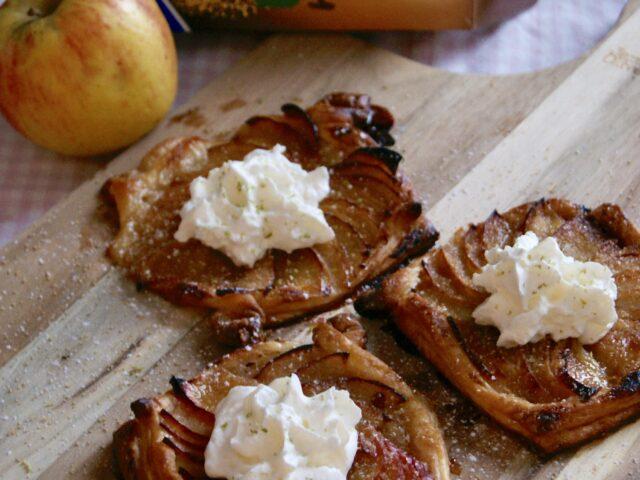 Tarty z karmelizowanymi jabłkami i limonkową bitą śmietaną