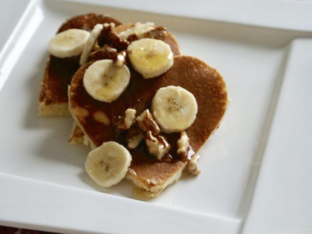 Pancakes z bananami i orzechami w miodzie
