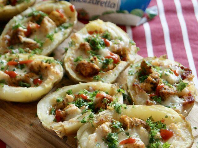 Włoskie skórki ziemniaczane z kurczakiem i mozzarellą