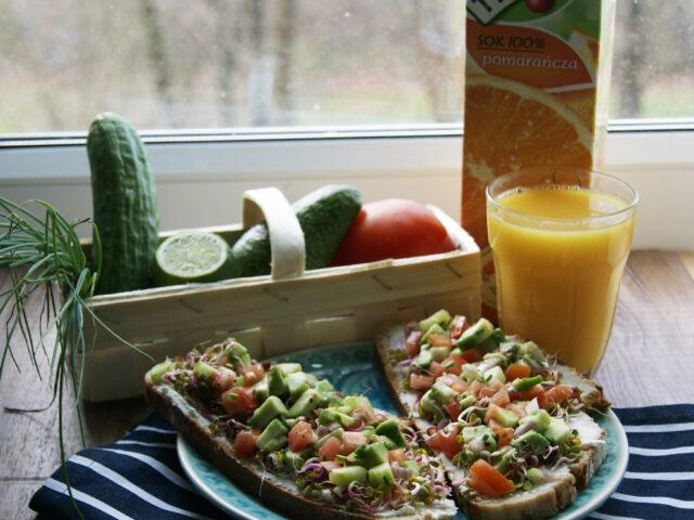 Zdrowe kanapki z kolorową salsą na kiełkach rzodkiewki