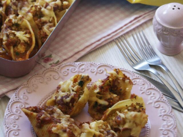 Makaronowe muszle nadziewane mięsem i warzywami