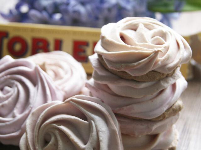 Malinowe bezy z kremem toblerone