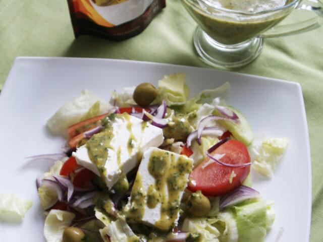 Sałatka grecka z oliwkami nadziewanymi chilli