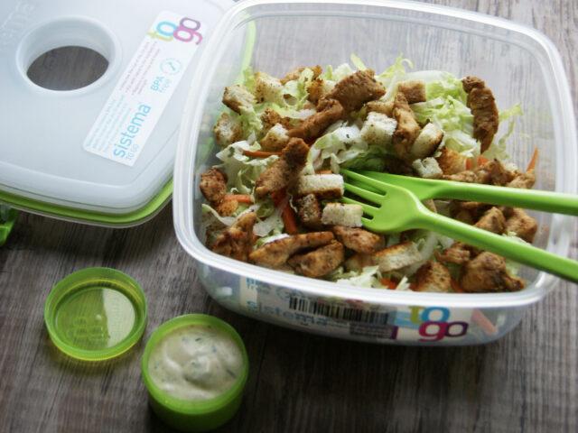 Idealny lunch do pracy – słatka z kurczakiem i grzankami