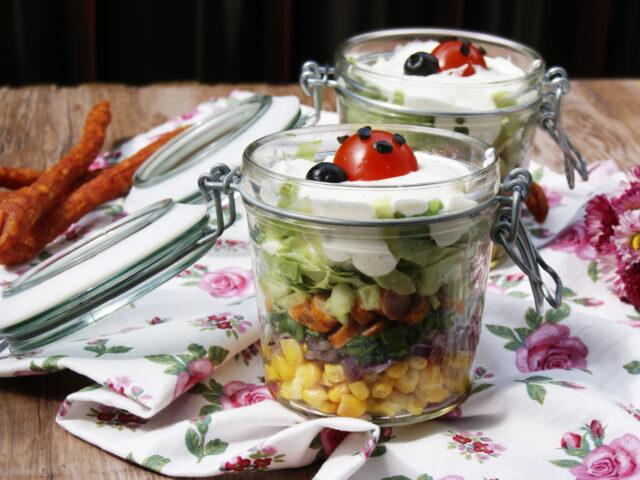 Sałatka piknikowa w słoiczkach z kabanosami