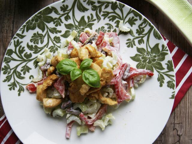 Sałatka z kurczakiem, selerem, papryką i orzechami pecan