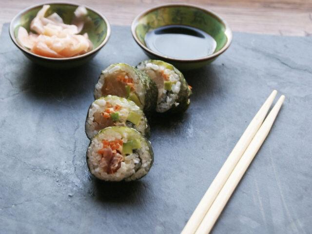 Sushi maki z tuńczykiem, avocado i marchewką