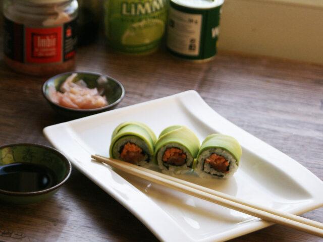 Sushi w avocado z łososiem i marchewką
