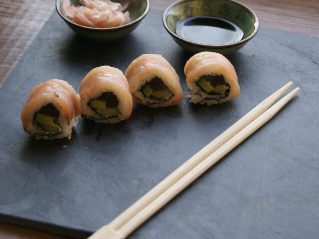 Sushi z łososiem z tuńczykiem, avocado i ogórkiem
