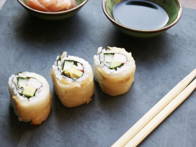 Sushi z rybą maślaną, avocado, krabem i ogórkiem