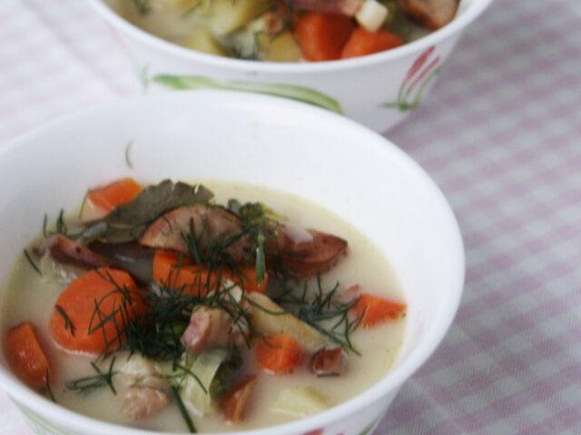 Sycąca zupa z wędzonym boczkiem, kiełbaską i warzywami