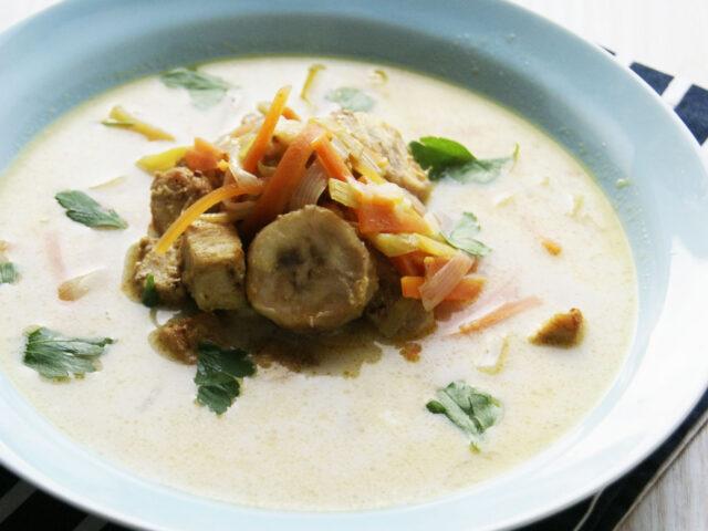 Zupa curry z kurczakiem, bananem i mlekiem kokosowym