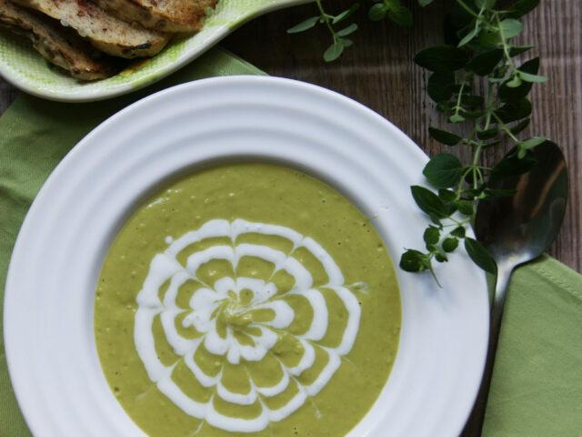 Zupa krem z zielonego groszku z grzankami