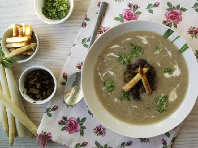 Zupa krem ze szparagów z grzybami i pesto